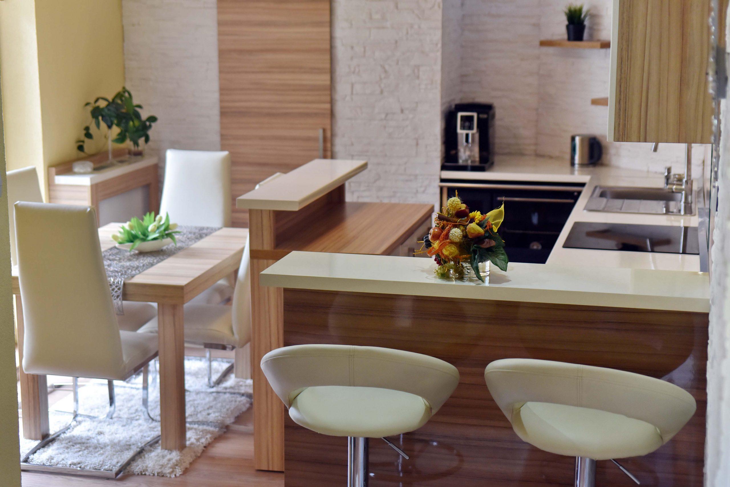 Exotická kuchyňa vo vyskom lesku