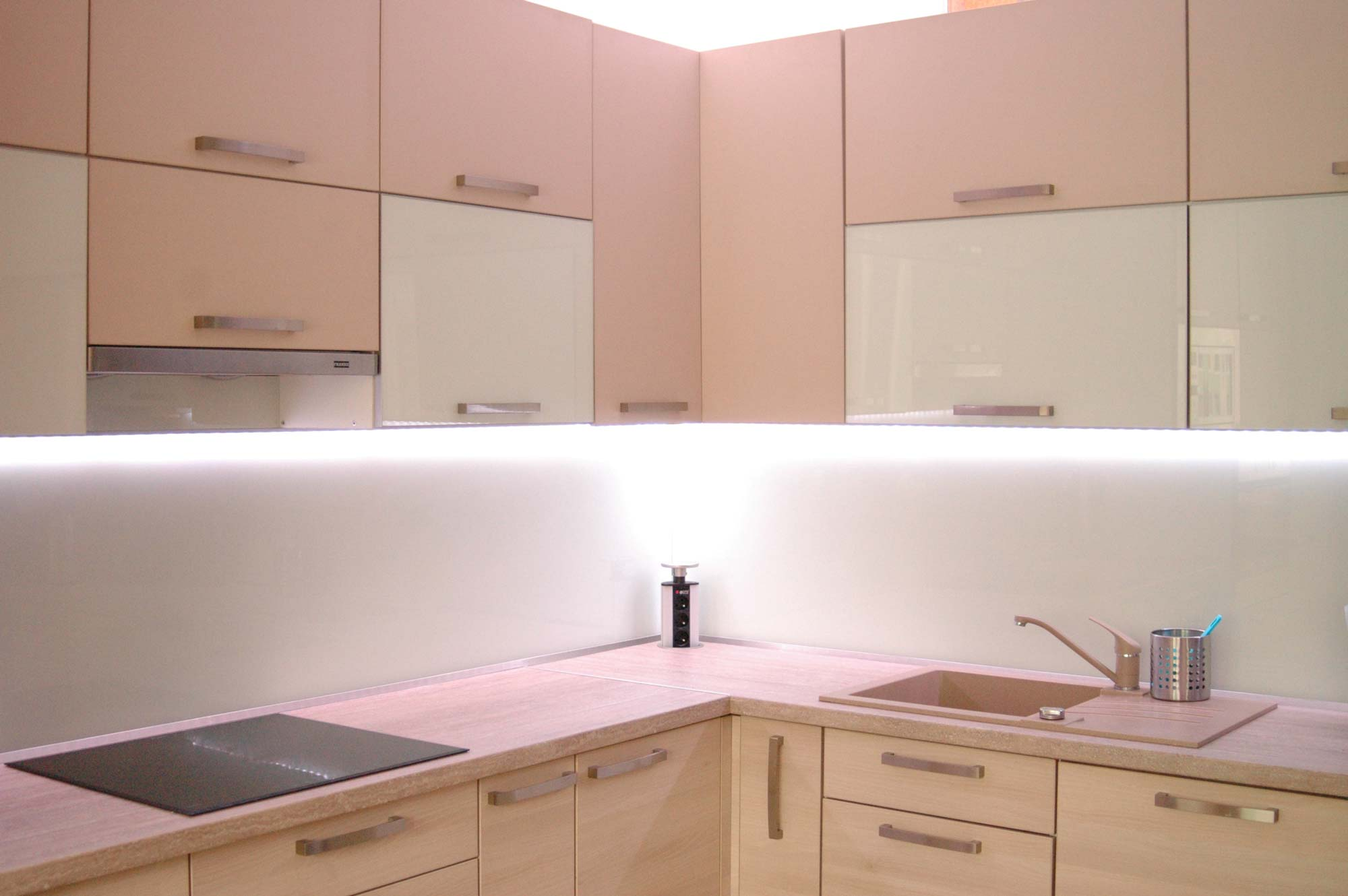 Svetlá agátová kuchyňa