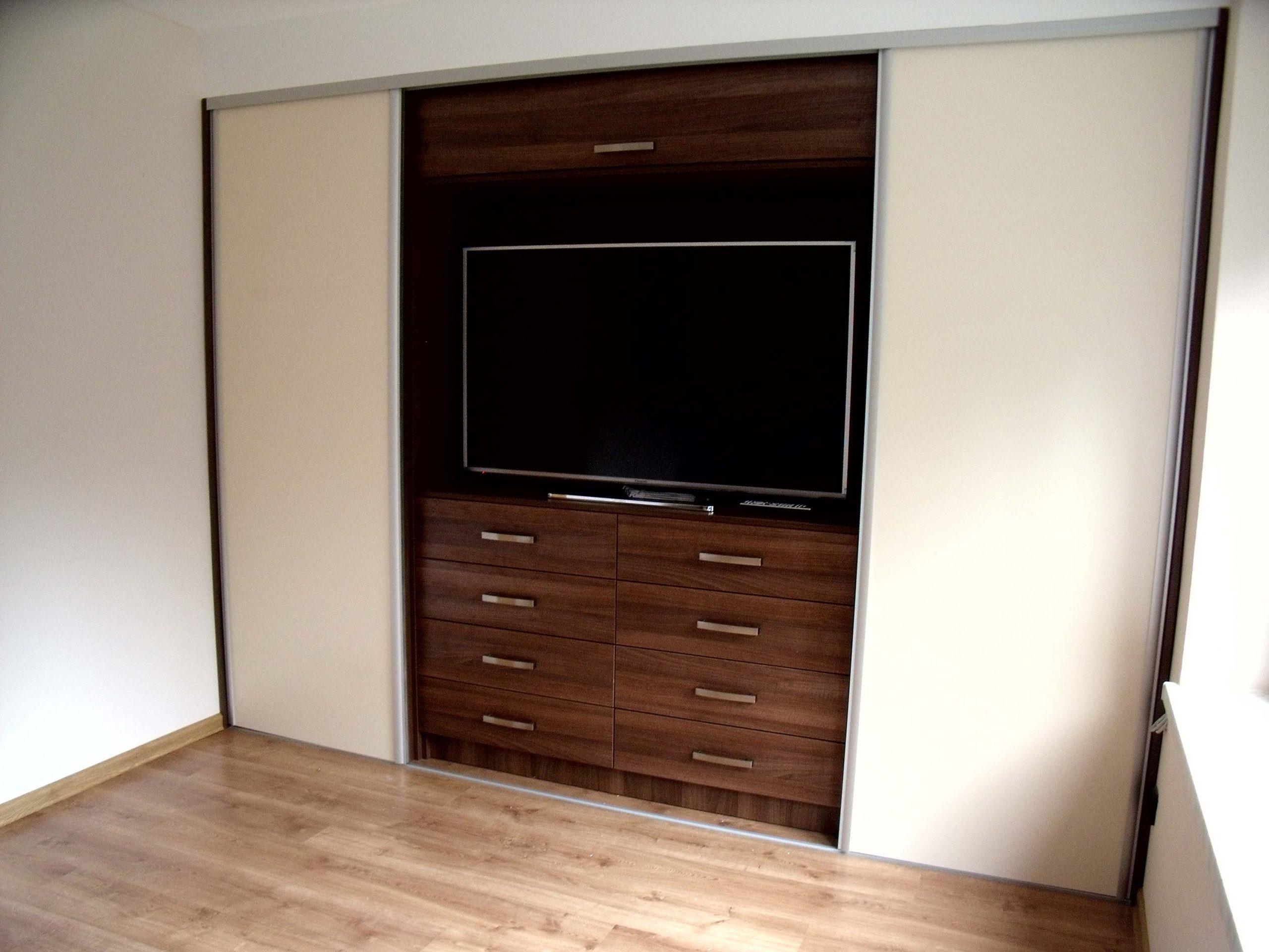 Vstavaná skriňa s televíziou