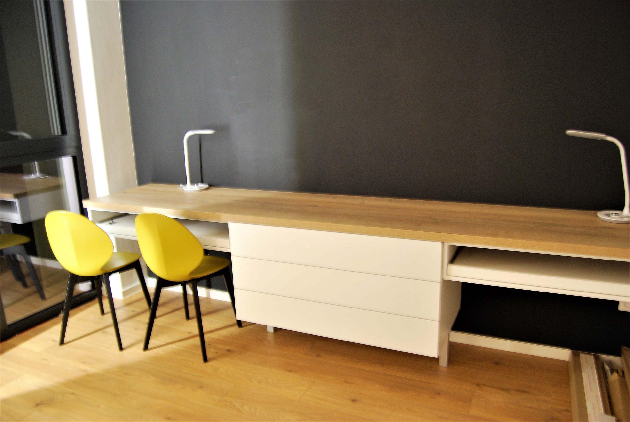 Svetlý dizajnový stôl